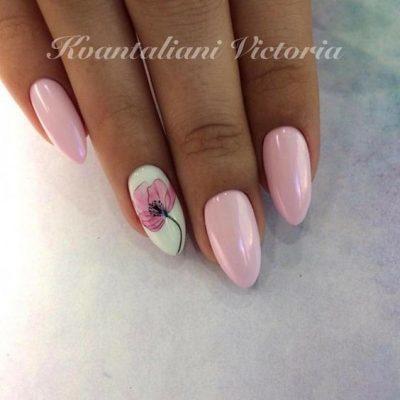 Розовый маникюр с цветком
