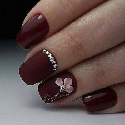 Маникюр бордовый с цветками