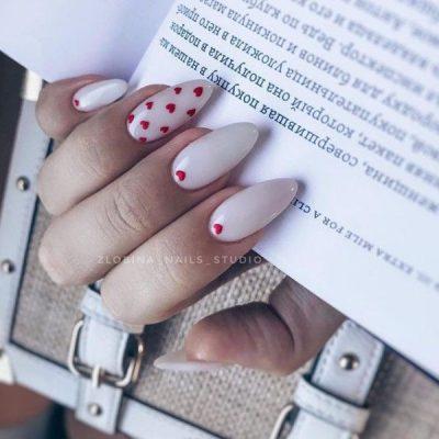 Белый маникюр с красными сердечками