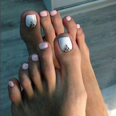 Педикюр белый и розовый