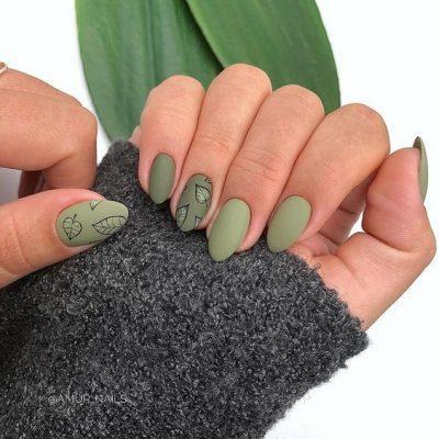 Зеленый матовый маникюр с листьями