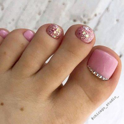 Розовый с стразами педикюр