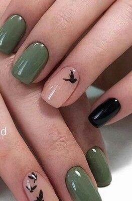 Зеленый маникюр с птицой