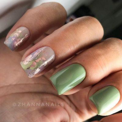 Зеленый маникюр с фольгой
