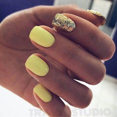 Желтый маникюр с блестками