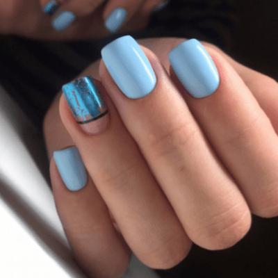 Голубой маникюр с фольгой