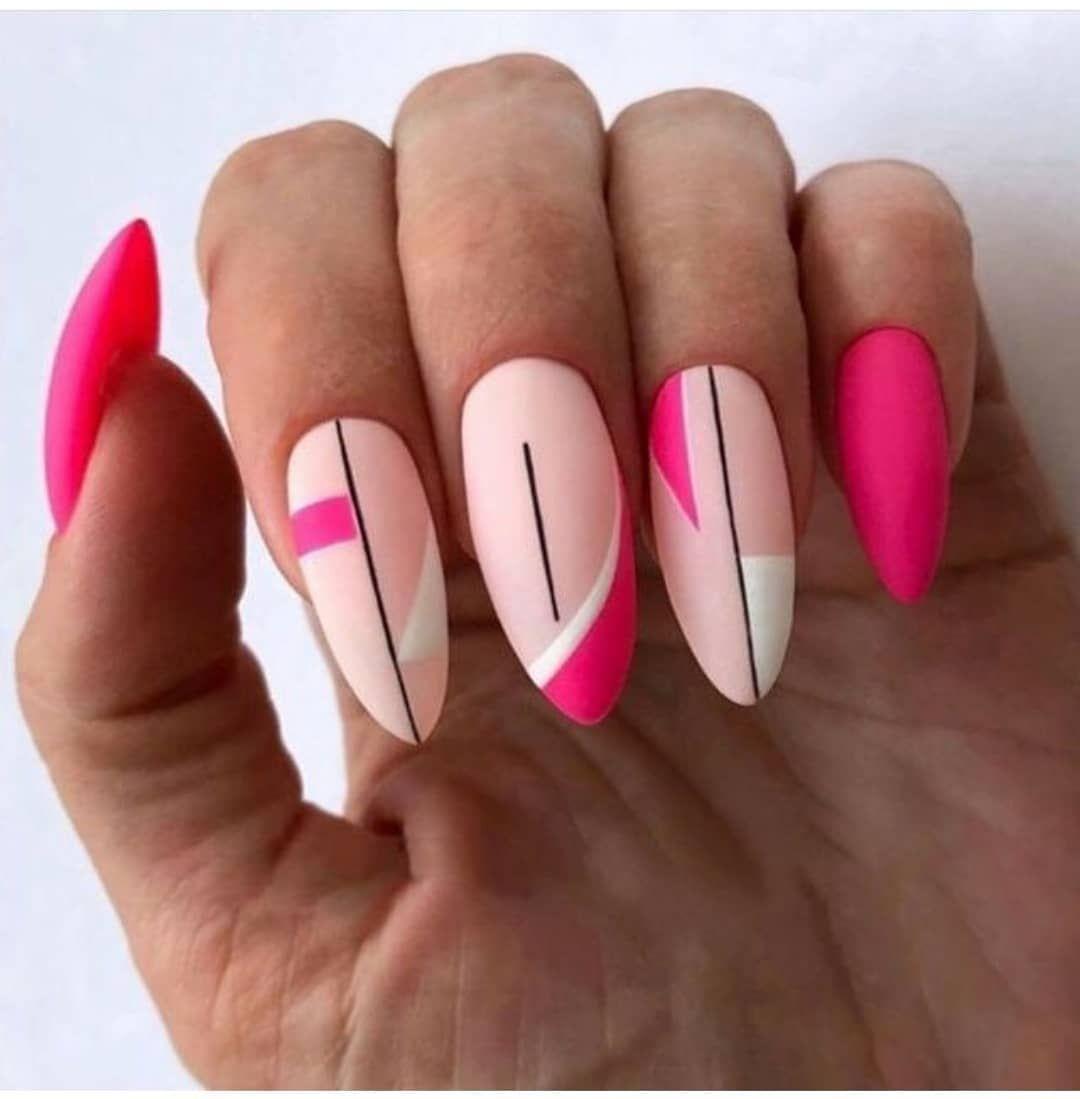 Розовый маникюр с полосками