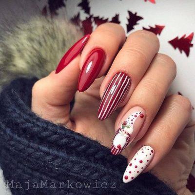 Красный полосатый новогодний маникюр