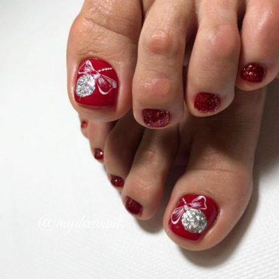 Красный педикюр на зиму