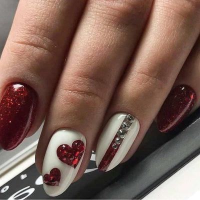 Красный с блестками маникюр с сердечками