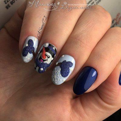 Синий зимний маникюр с снеговиком