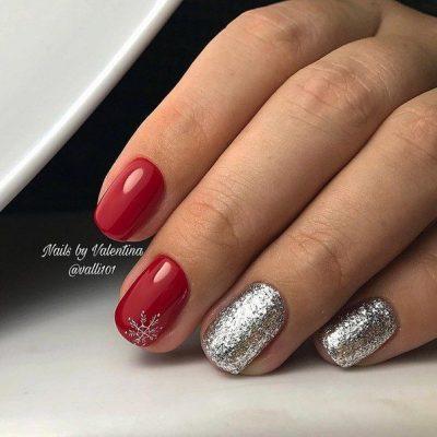 Красный маникюр с серебром и снежинкой