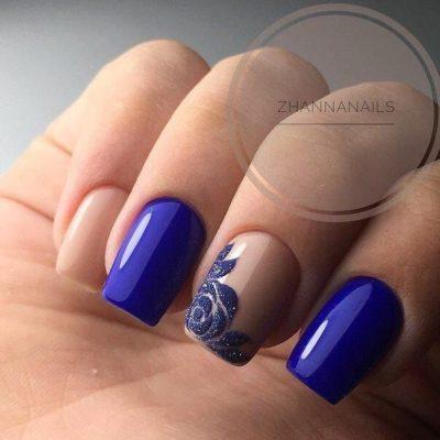 Синий маникюр с нюдом