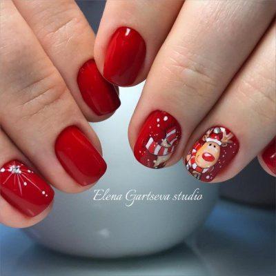 Красный новогодний маникюр с оленем