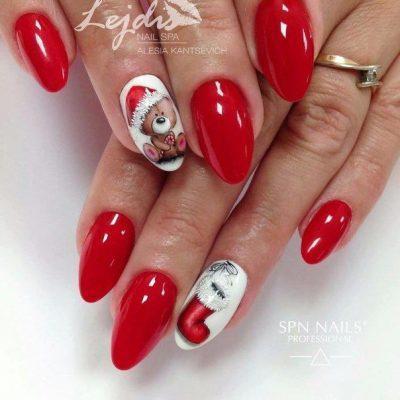 Красный зимний маникюр с мишкой