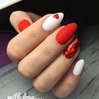 Красный и белый маникюр с сердечками