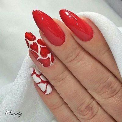 Красный маникюр с сердечками