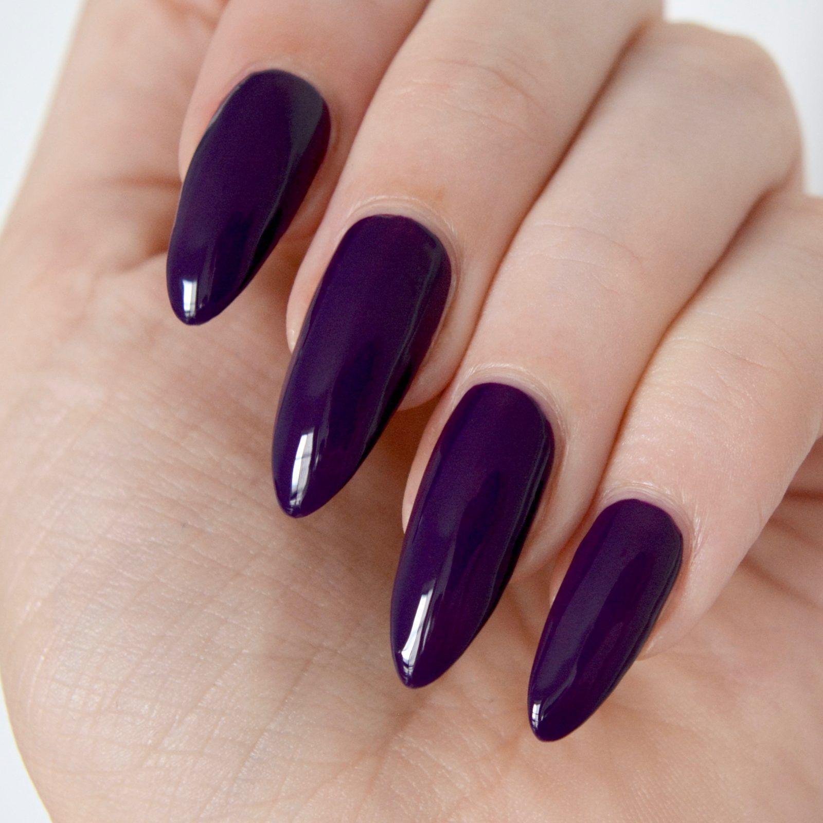 Темный фиолетовый маникюр