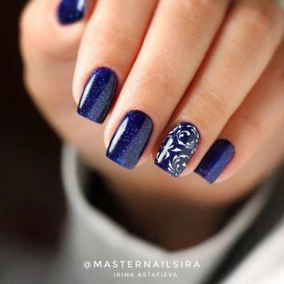 Синий с блестками маникюр