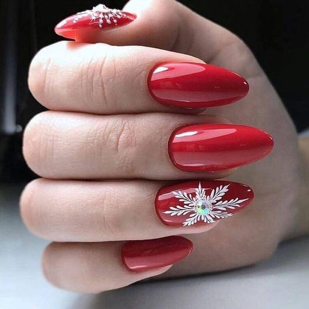 Красный с снежинкой маникюр на новый год