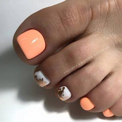 Оранжевый с белым педикюр