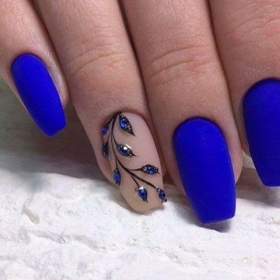 Синий матовый маникюр с веточкой