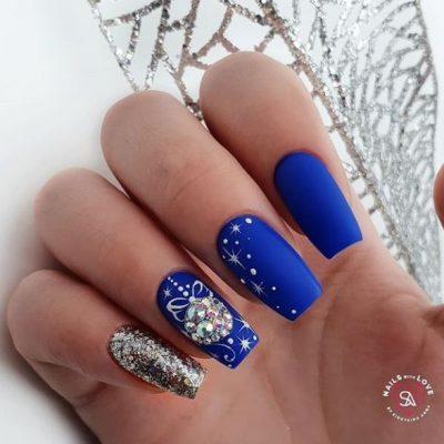 Синий матовый зимний маникюр