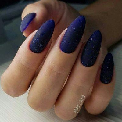 Темный матовый синий маникюр