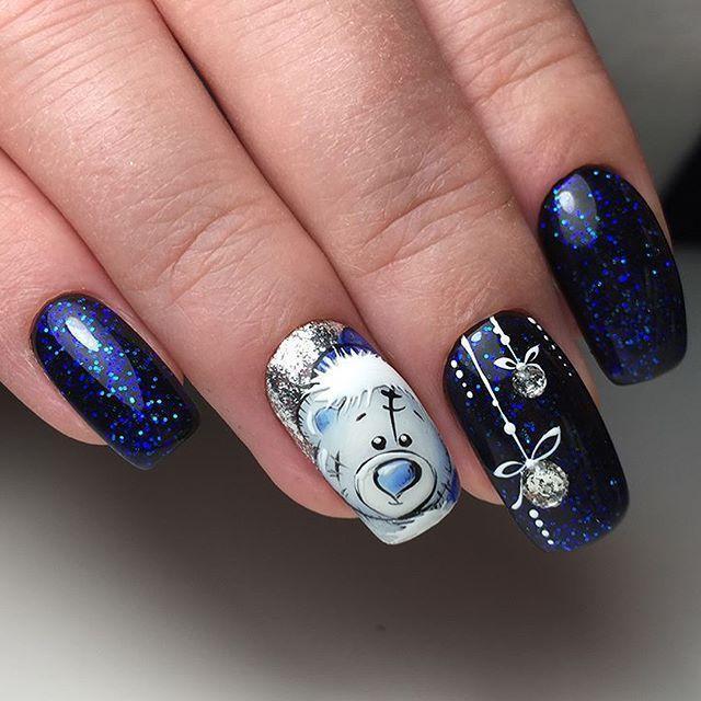 Синий с блестками зимний маникюр