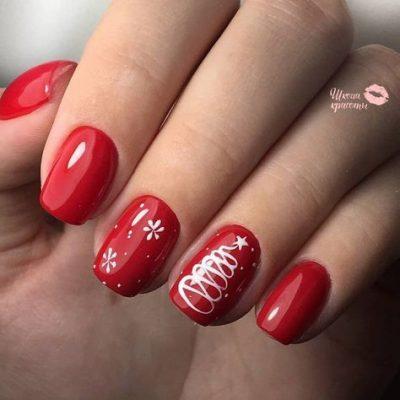 Красный с елкой маникюр на новый год