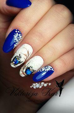 Синий с белым зимний маникюр