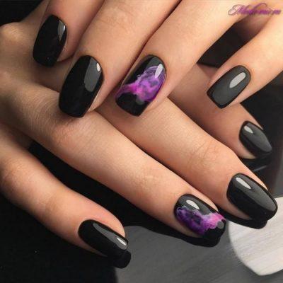 Черный маникюр с фиолетовым