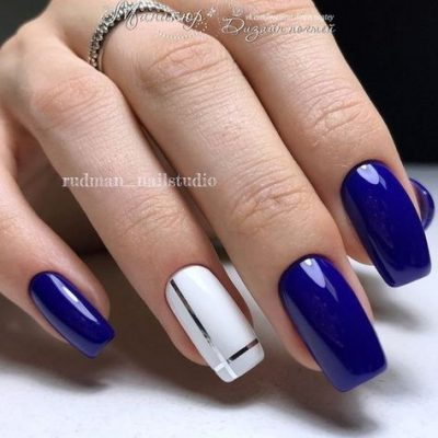 Синий маникюр с белым