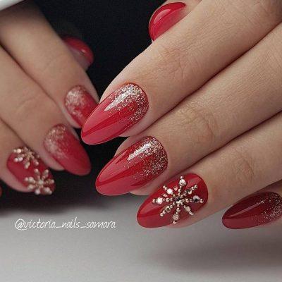 Красный новогодний маникюр с снежинкой