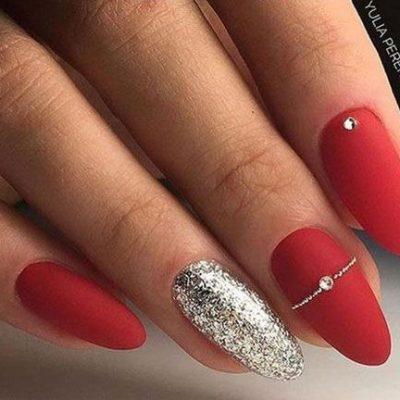 Красный новогодний маникюр с серебром