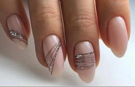 Простые идеи элегантного маникюра для ногтей средней длины с полосами для весны и лета