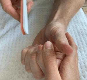7 косячков на ногтях, которые выдают неухоженный маникюр «не из салона»