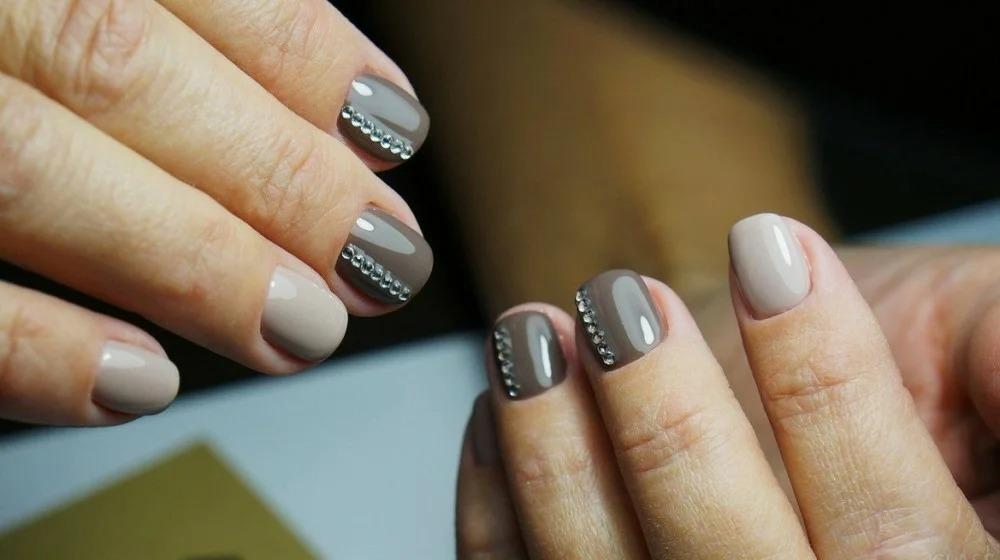 Два ногтя, стекло и геометрия: модный маникюр этого сезона!
