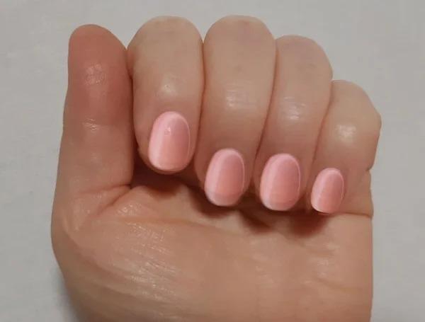 Всегда удивлялась, почему у меня плохо держится лак на ногтях, пока маникюрша не указала на мои элементарные ошибки