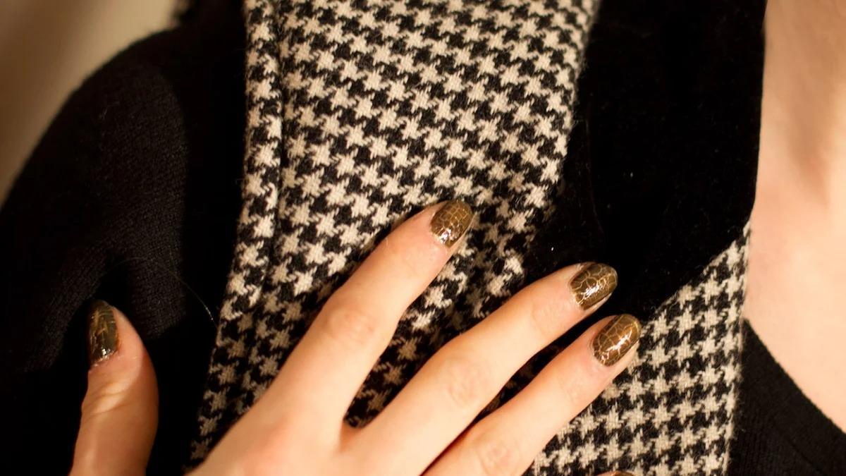Черный с коричневым, ногти женщины кошки и другие табу в современном маникюре