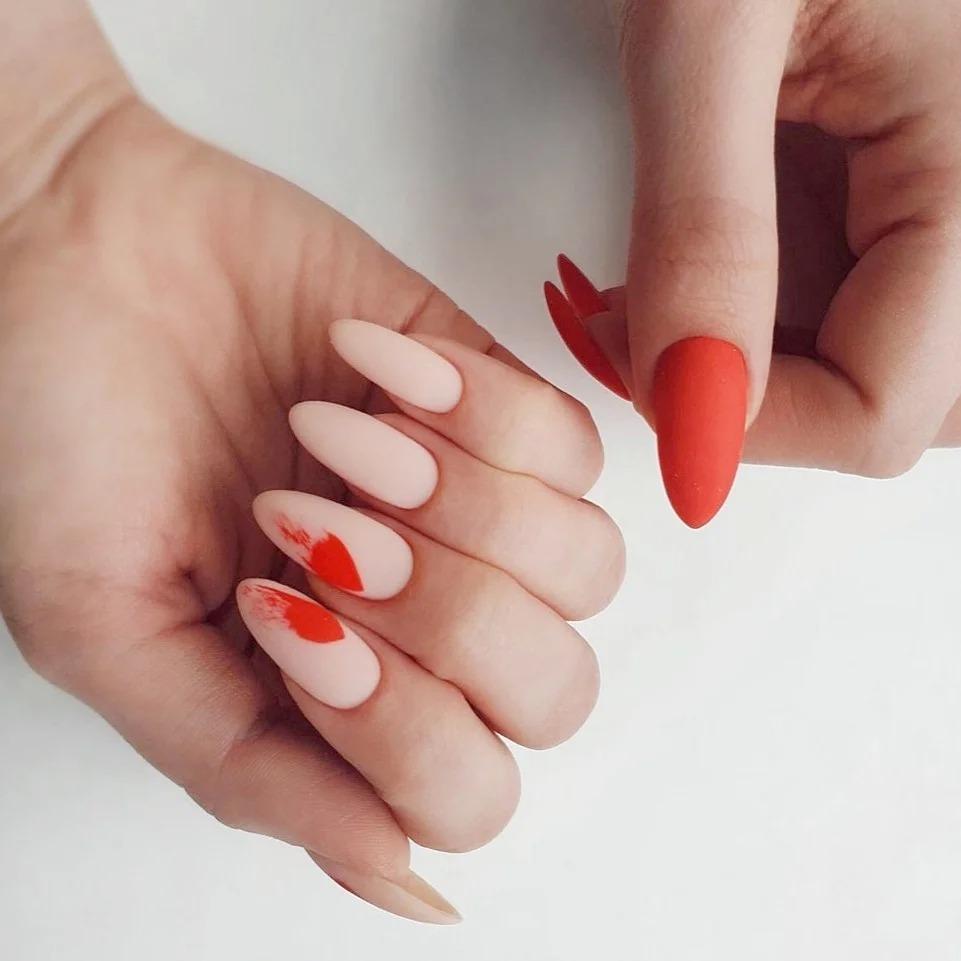 Модные красные ногти 2021: красивый маникюр без камней, страз и прочей мишуры