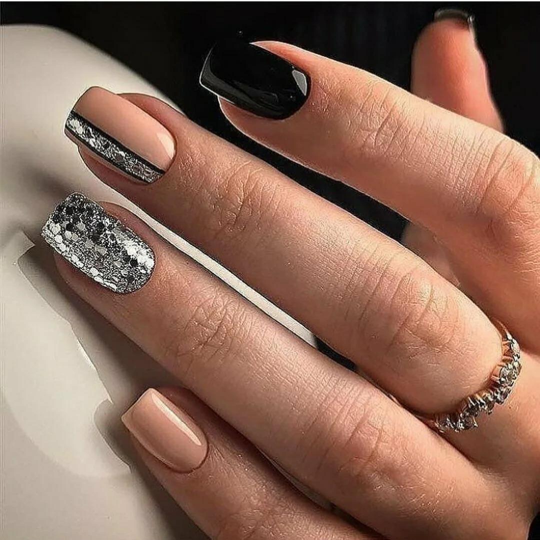 Идеи блестящего серебряного маникюра на январь 2021 года.