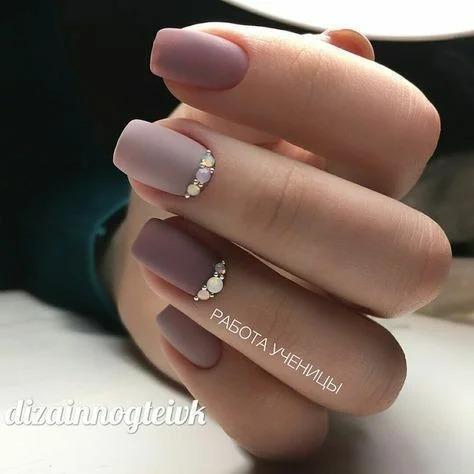 Все еще модный Тауповый маникюр. Подборка дизайна ногтей с одним из самых дорогих оттенков.